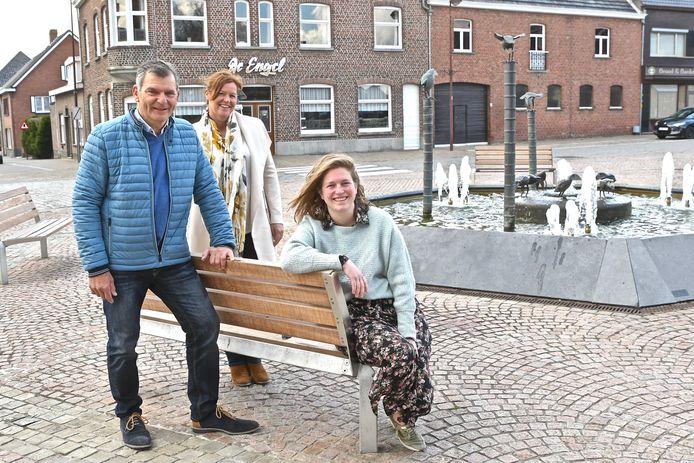 Op huizenjacht met Immo Briek in Gits. We zien Michel Joye, Bieke Verduyn en nieuwe medewerkster Suzan Vanderstichele. Zij zal vanaf mei in het kantoor in Hooglede te vinden zijn.