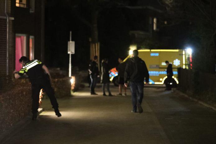 Politie doet onderzoek terwijl de jongen in de ambulance wordt geholpen.