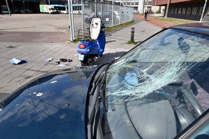 De schade na de aanrijding op het stadsfietspad in Arnhem ter hoogte van de Rietgrachtstraat.