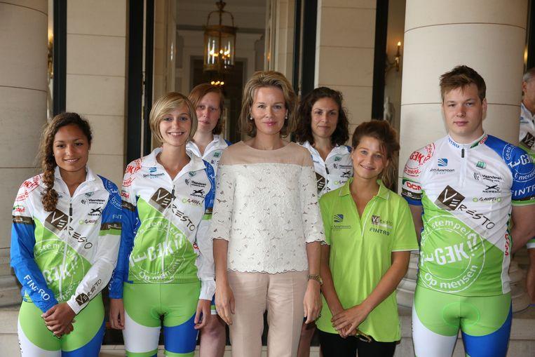Koningin Mathilde in het paleis met rechts van haar Selah Sue en de jongeren.