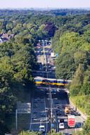 De Rijksweg N65 gaat nu nog onder het spoor door maar na de ombouw over het spoor heen.