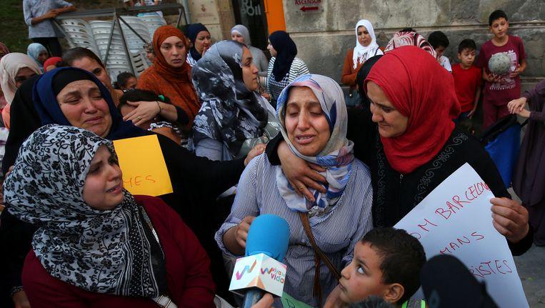Familieleden van de daders drukken hun verbijstering uit in Ripoll. Beeld reuters