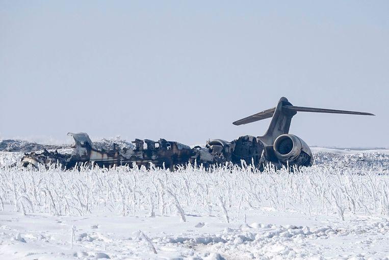 Het wrak van een Amerikaanse militair vliegtuig dat maandag neerstortte in bergachtig gebied in de Afghaanse provincie Ghazni. Beeld AFP