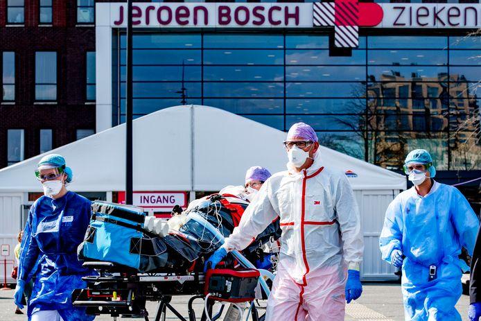 Het Jeroen Bosch Ziekenhuis in Den Bosch moest vorige week nog patiënten verplaatsen naar de intensive care in Duitsland omdat er geen plek meer was.