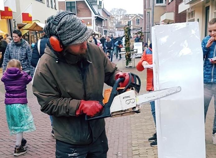 Jan Mastenbroek begint aan zijn ijssculptuur tijdens het Winterfeest in Putten