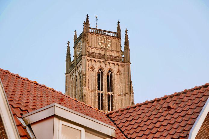 De toren van de Sint Maartenskerk in Zaltbommel komt boven de daken van de binnenstad uit. In 2024 gaat de toren in de steigers voor restauratiewerkzaamheden.