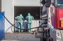 Eind 2016: Gespecialiseerde schoonmaakbedrijven zorgen voor de afvoer van het gevaarlijke afval in de loods aan de Lagedijk in Helmond.