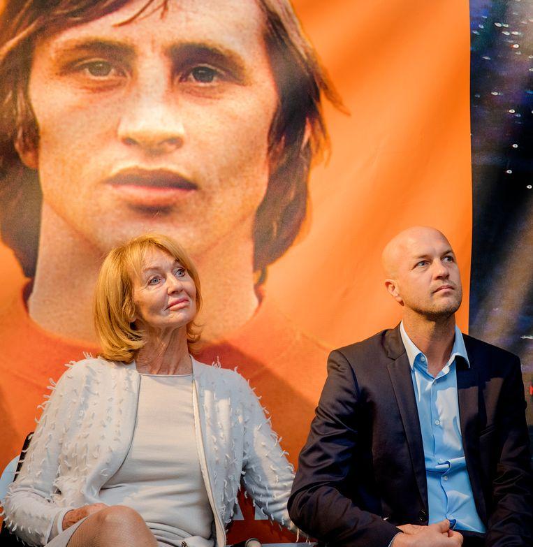Moeder en zoon bij presentatie autobiografie Johan Cruijff - Mijn verhaal in 2016. Beeld Hollandse Hoogte /  ANP Kippa