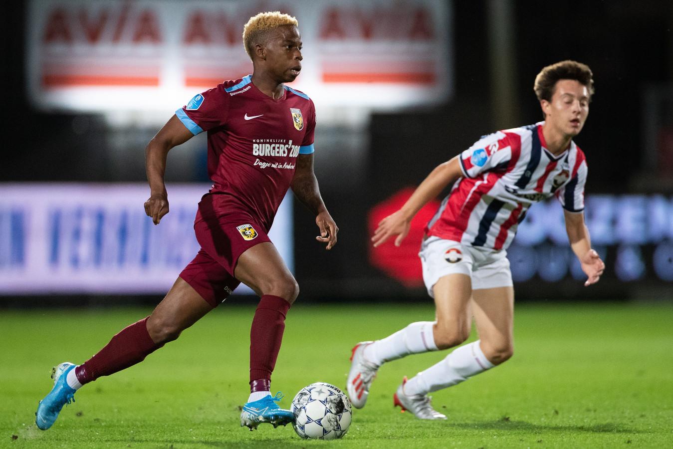 Charly Musonda in duel voor Vitesse met Rick Zuijderwijk van Willem II.