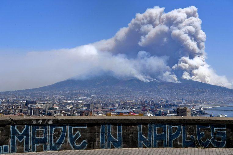 De flanken van de Vesuvius staan al enkele dagen in brand.