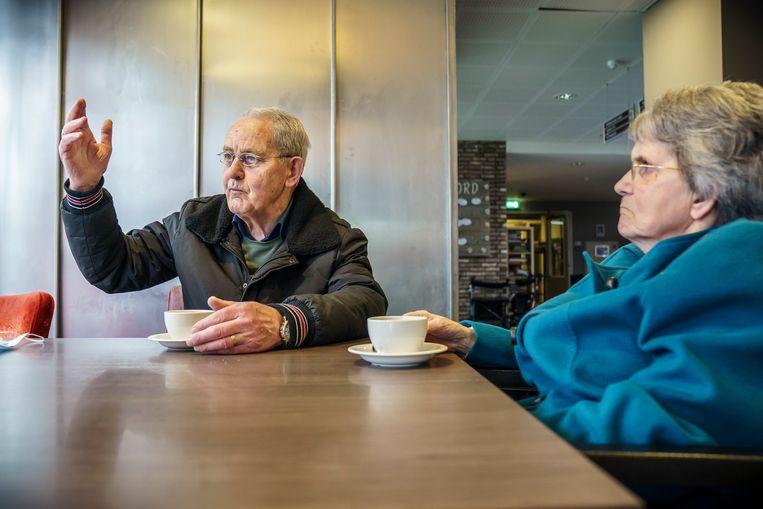 Ton en Adrie Bertens in woonzorgcentrum Hagedonk. Ton mag als enige niet-bewoner elke dag in het restaurant koffie drinken met zijn vrouw Adrie. Beeld Maikel Samuels