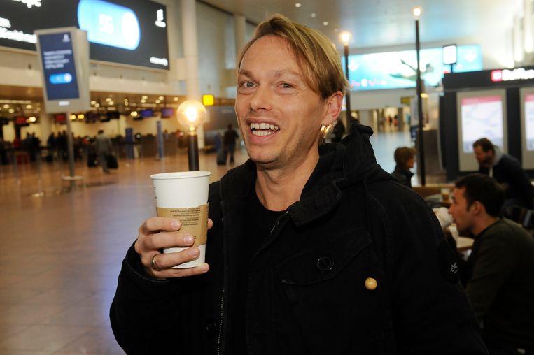 Regi geniet van een kopje koffie