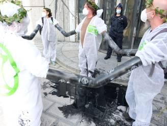 """Klimaatactivisten bezetten bankkantoren uit protest tegen """"destructief monetair systeem"""""""