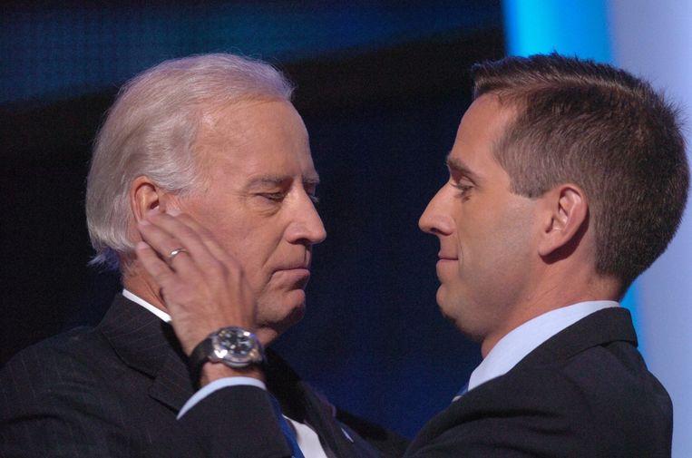 'Door het overlijden van zijn zoon Beau had Joe in 2016 niet meer de energie om te proberen Barack Obama op te volgen.' (Foto: met Beau Biden.) Beeld Photo News