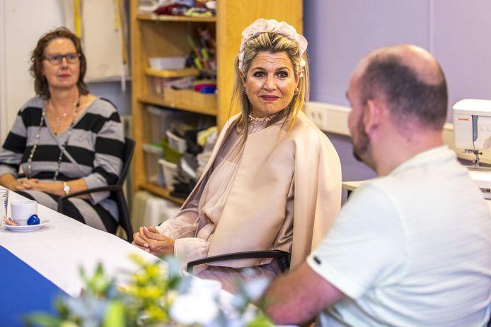 Koningin Maxima in gesprek met vaste bezoekers van het Zelfregiecentrum Deventer die dit jaar een Appeltje van Oranje won.