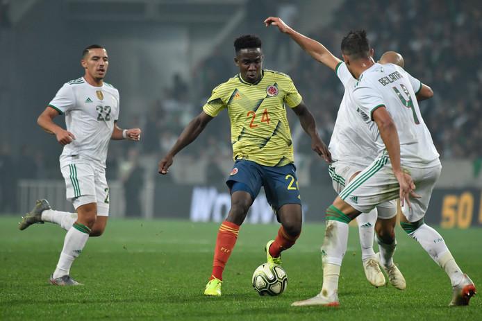 Luis Sinisterra (midden) maakte tegen Algerije (3-0 nederlaag) zijn debuut voor de Colombiaanse ploeg.
