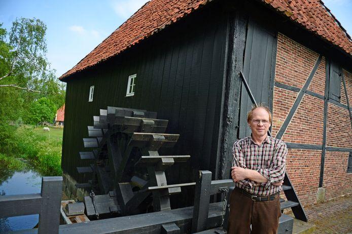Theo Keizers bij de Oldemeule in Oele. De watermolen kreeg een eerste vermelding in 1330. De huidige molen werd gebouwd in 1690. Rond 1907 schilderde Piet Mondriaan hem.
