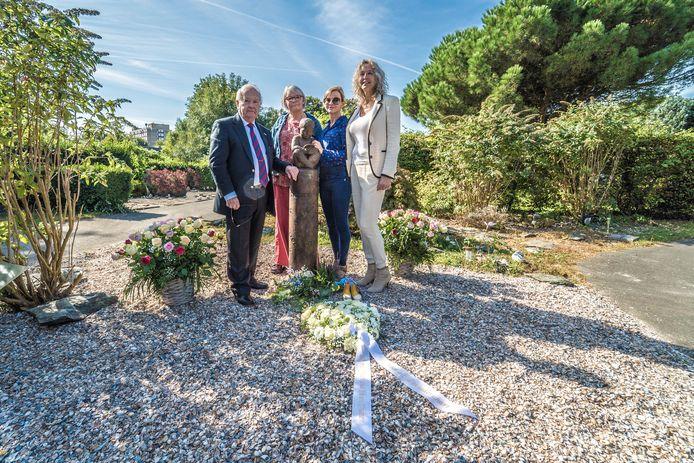 Begraafplaats Oud Eik en Duinen. Vlnr: de oudste vrijwilliger, Annelies van Rhenee, Barbara Muller en Kitty Nusteling.
