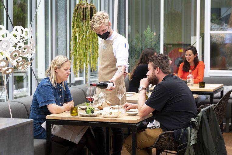 In sterrenrestaurant De Kas in Amsterdam kan sinds begin juni weer binnen worden gegeten. Beeld EPA