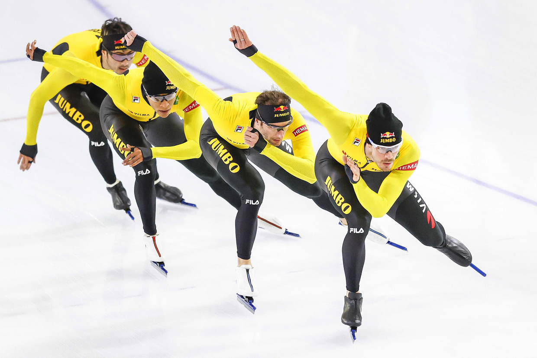 Schaatsers Kai Verbij, Dai Dai Ntab, Hein Otterspeer en Thomas Krol trainen samen in Thialf.  Beeld EPA