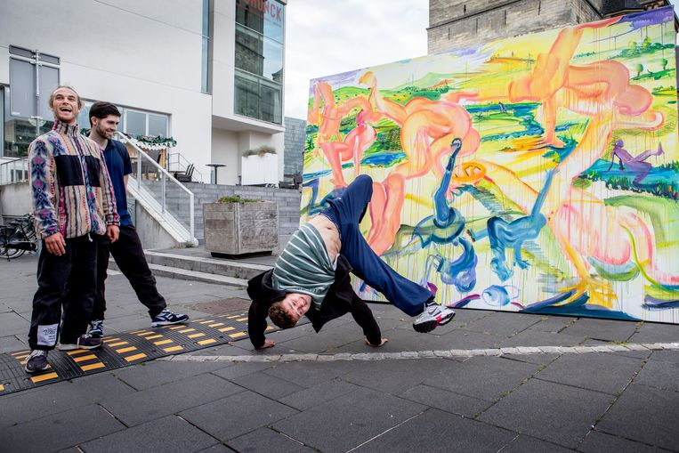 De breakdancers van HFC in Heerlen voor het werk in wording van kunstenaar David Bade.  Beeld Pauline Niks