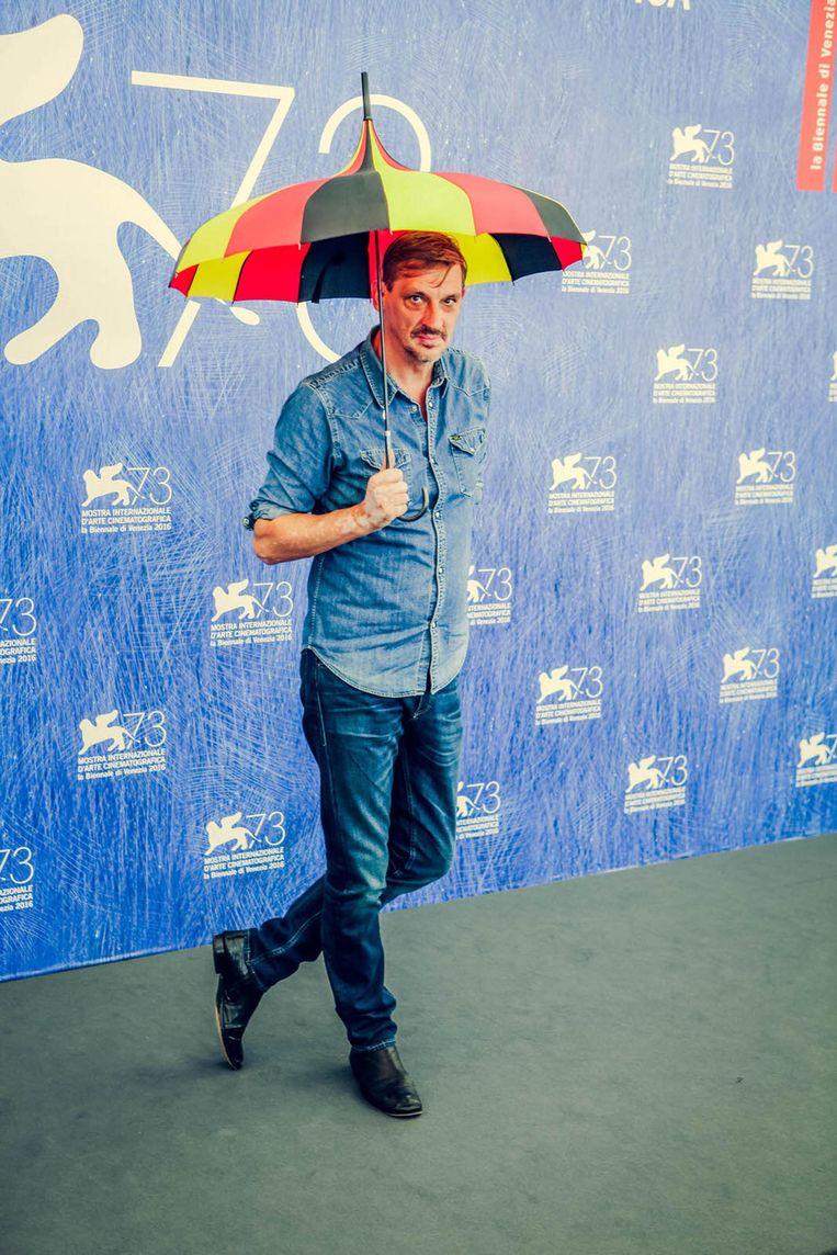 De photocall gaat goed, met Van den Begin die een dansje doet en met de driekleurige paraplu speelt. Beeld rv