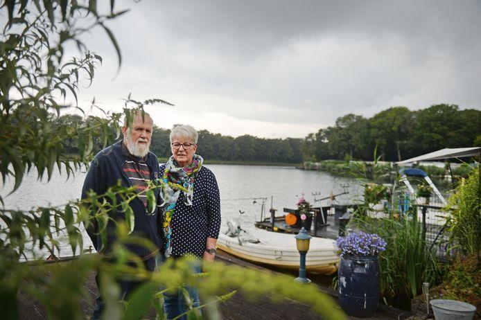 """Jan en Marianne Smink van camping De Zwaaikom. Bezoekers denken nog wel eens dat ze aan een vijver kamperen. """"En dan komt er ineens een groot vrachtschip voorbij…"""""""