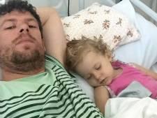 Opgepakte vader sluit stervend dochtertje in de armen
