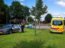 Fietsster naar ziekenhuis na botsing op rotonde in Oss