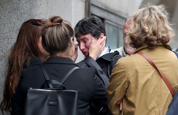 Catherine Devallonne, de moeder van Sophie, huilt na de uitspraak van de rechter.