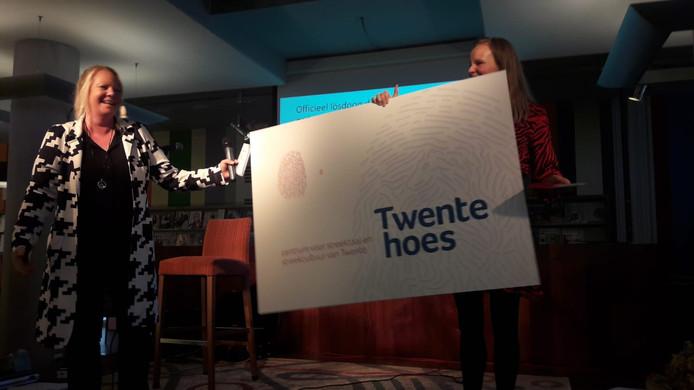 Gedeputeerde Hester Maij (links) bij de opening van het Twente Hoes.