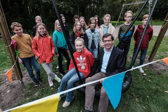 Iedereen wil de nieuwe speelvoorziening meteen uitproberen na de opening op Koekendaal in Doetinchem. Ook wethouder Bulten.