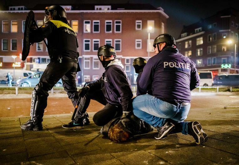 Een man wordt aangehouden in Rotterdam. Beeld  MARCO DE SWART/ANP