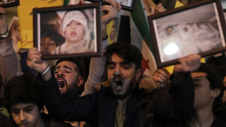 Demonstranten in Istanbul demonstreren tegen de houding van Rusland in Syrië, naar aanleiding van de gifgasaanval in Idlib in Syrië. Beeld EPA