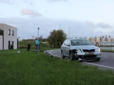 Automobiliste rijdt lantaarn uit de grond op Zoetermeerse Kleurlaan