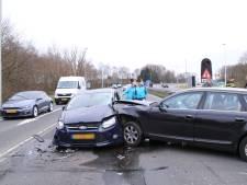 Ravage na ongeluk met drie auto's in Terschuur