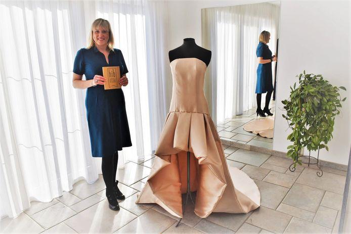 Eveline ontwerpt en maakt bruidskleding, dans- en theaterkostuums op maat.