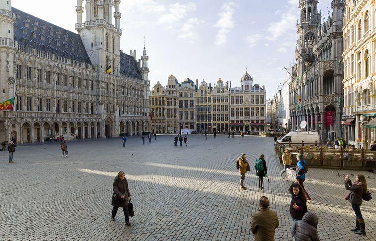 De Brusselse Grote Markt lag er op de dag van de aanslagen, 22 maart, er maar verlaten bij. Beeld AFP
