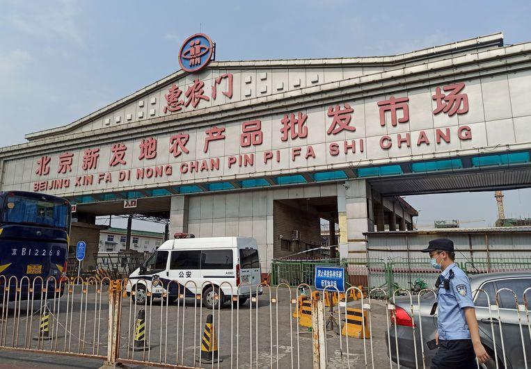 De ingang van de Xinfadi-markt, bijna een jaar geleden.  Beeld REUTERS