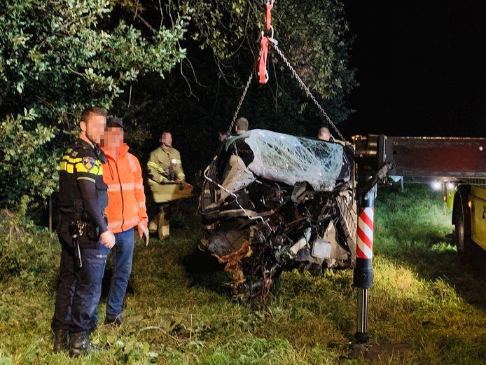 Van de auto is weinig meer over na het ongeluk op de Rijksweg in Boxmeer, vannacht.