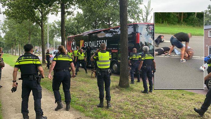Politie bij de bus aan het Wezenland in Deventer zaterdag aan het begin van de avond.