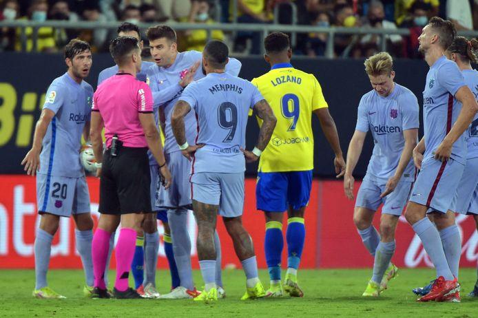 Pique protesteert na de tweede gele kaart voor Frenkie de Jong.