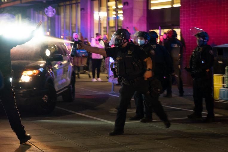 """""""We hebben te maken met een harde kern zonder leiderschap"""", zegt politiewoordvoerder Kevin Allen. """"Dat is moeilijk: we willen niet te stevig ingrijpen, om escalatie te voorkomen."""" Beeld Eline van Nes"""