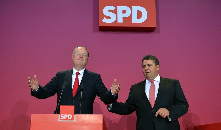 Social Democratic (SPD) party candidate Peer Steinbrueck (L) and of the SPD Sigmar Gabriel gesture as they address supporters after exit polls are broadcast on television in Berlin on September 22, 2013, after the German general elections. Angela Merkel clinched a third term in German elections Sunday but will be forced to form an awkward coalition with her chief rivals to govern Europe's top economy, exit polls indicated AFP PHOTO / OLIVER LANG Beeld AFP