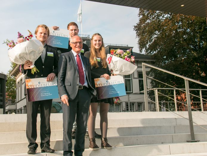 Gerard Sanderink met de Saxion-studenten Kevin Lansink (l), Loes Kleinsmit en Max Ligtenberg, die hij een beurs van 10.000 euro schenkt.