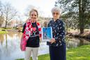 Amateurfotografe Ineke Stofmeel maakte een fotoboek over Roosendaal. Het eerste exemplaar is voor haar moeder, de bijna 96-jarige Lena Gommeren.