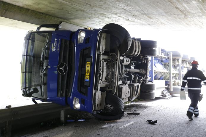 Vrachtwagen botst tegen viaduct in Hank.