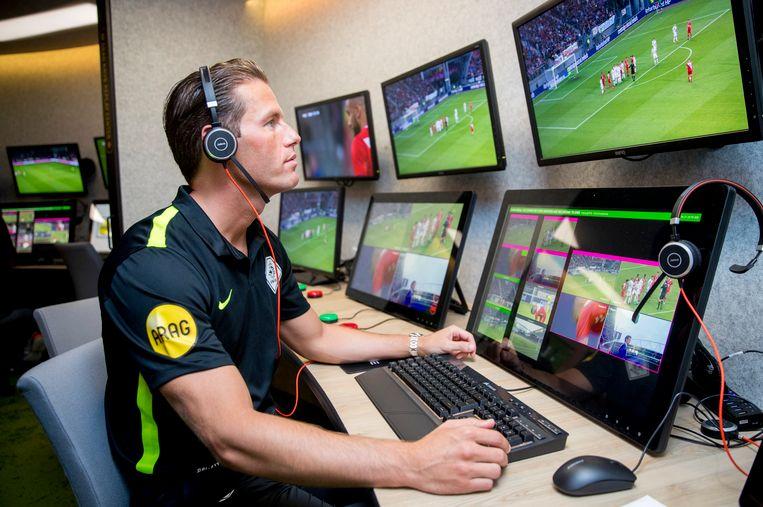 Scheidsrechter Danny Makkelie achter de schermen in het Replay Center bij de KNVB. Beeld ANP