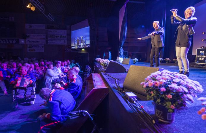 Volendams duo Jan Keizer en Anny Schilder treedt op voor zieke en eenzame ouderen uit de Hof van Twente.