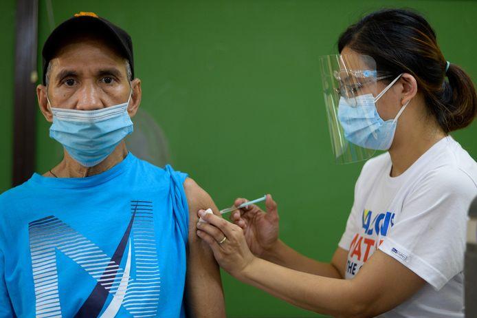 Een senior wordt gevaccineerd met AstraZeneca.
